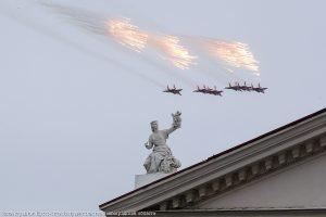 Военные самолеты mdash; над мирным Волгоградом. Иллюстрация к материалу ИА REGNUM