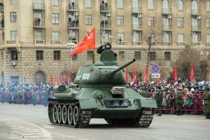 Колонну военной техники возглавил легендарный танк Т-34. Иллюстрация к материалу ИА REGNUM