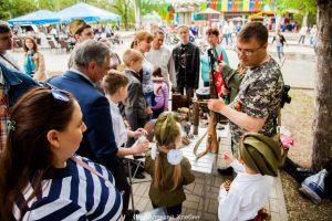 9 мая поисковики Волгодонского отряда «Родник» в парке Победы города Волгодонска показали выставку экспонатов Великой Отечественной Войны